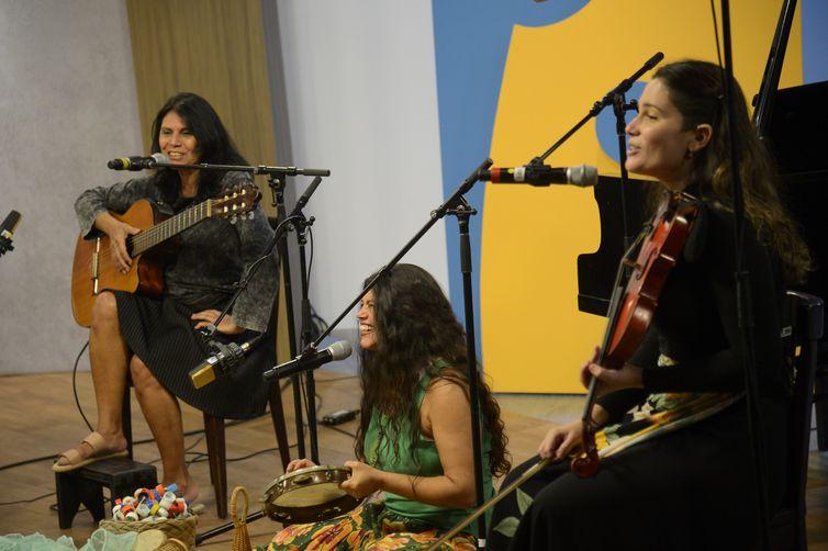 A dupla Chay e Ivone Torres, Catucando História pra Cantar acompanhadas por Duda Serra Lima durante apresentação dos finalistas do Festival de Música Rádio MEC