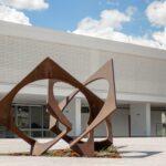 """Homenagem à Democracia"""", de Franz Weissmann, um dos mais importantes artistas da história da arte moderna e contemporânea brasileira, é uma das obras do """"O Parque de Esculturas do MAB""""   Foto: Divulgação/Secec"""
