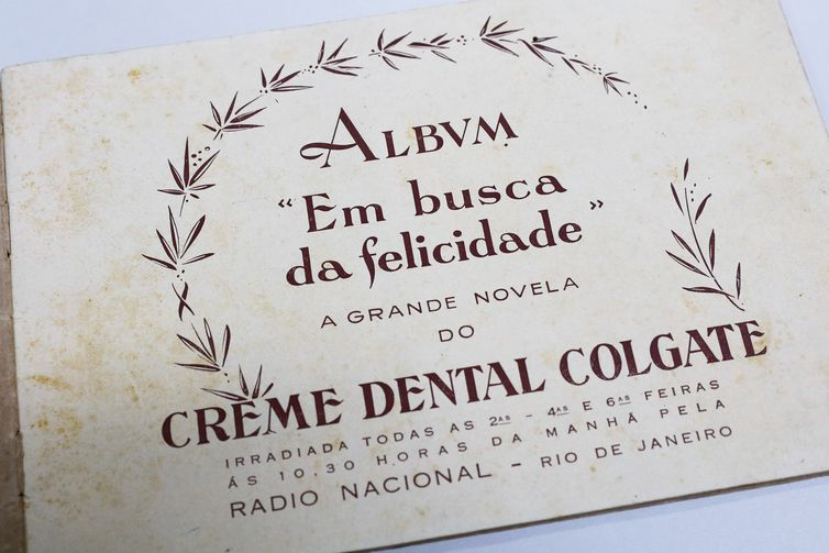 Álbum de época de divulgação da rádionovela Em Busca da Felicidade, da Rádio Nacional