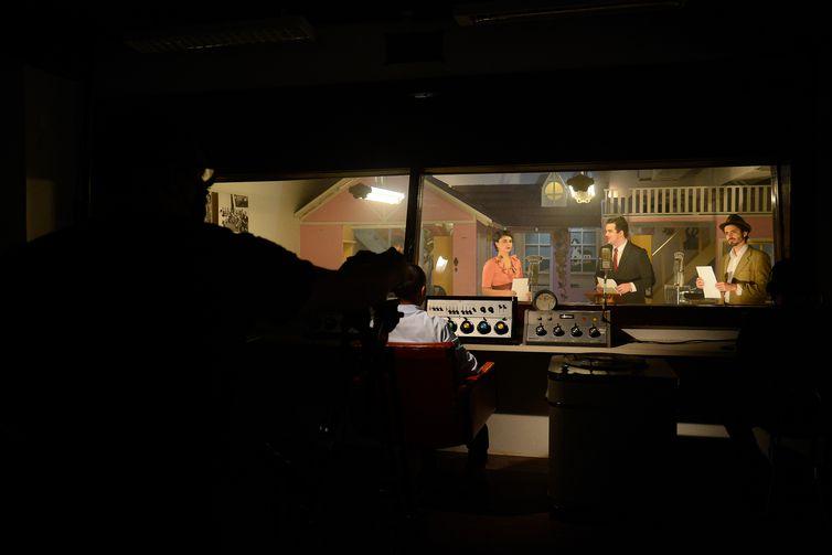 O Museu do Rádio grava cenas da primeira radionovela do Brasil.