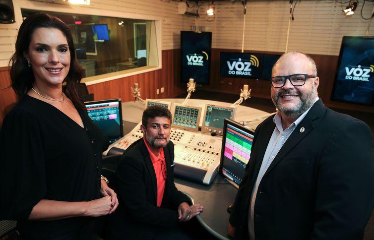 A apresentadora do programa A Voz do Brasil, o gerente de operações de áudio, Leleco Santos, e o gerente-executivo da Rádio Nacional, Luciano Seixas, participam do programa Sem Censura, na TV Brasil