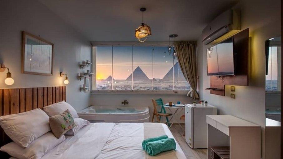 Acomodação do Aibnb oferece experiência exclusiva de acomodação com vista para as pirâmides do Egito