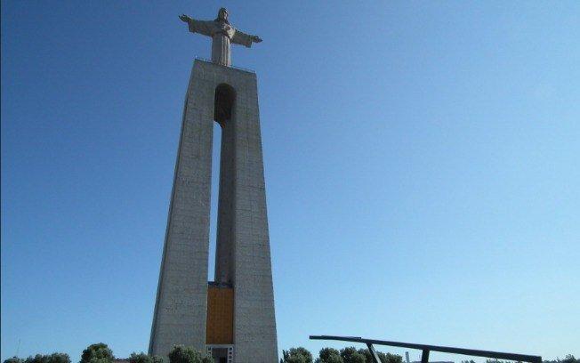 Localizado em Almada, na cidade de Lisboa, o Cristo Rei de Portugal teve seu projeto aprovado em 1940.