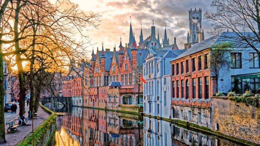 Com cerca de 117 mil habitantes, Bruges é um local atravessado por canais, que percorrem a cidade e podem até levar os turistas para as cidades vizinhas.